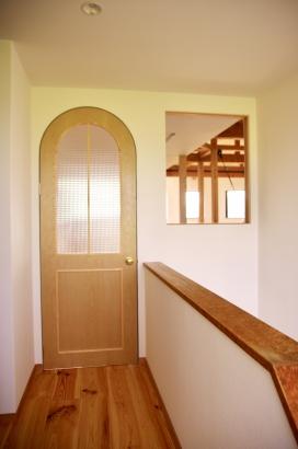 階段を上がって、ここが子世帯の入口