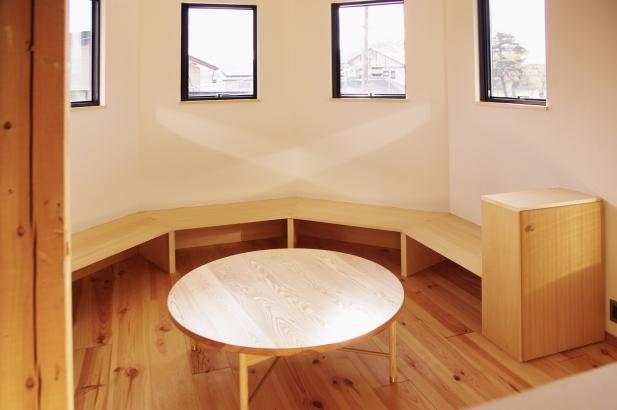 建物の形を活かしたリビングソファーコーナー