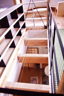 玄関の上にアクリル板を設置。光を遮ることなく、ここが2世帯の繋がる場所
