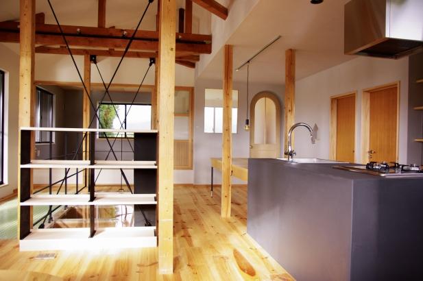 既存品を再利用している子供部屋のドアがキッチンに隣接して2つ並んでいる