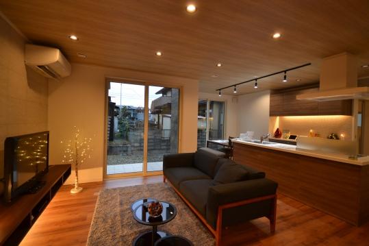 一階リビング テレビ台下の間接照明と調光器の設置により 自分好みの空間を作れます。