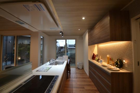 アイランドキッチン 見た目の良さと使い心地が抜群です。 両側から一緒に料理ができます。