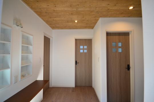 二階ホール カウンターを取り入れた作業のできる共同スペース