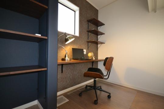 書斎 主寝室奥にある書斎スペースでテレワークや自分だけの空間を楽しめます。 化粧台としても使える便利なカウンターテーブル