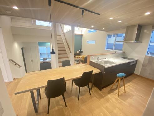 対面キッチンに隣接してダイニングテーブルを配置したい、とよくある声を形にしました。 中2階と最上階をつなぐダイニングスペース。