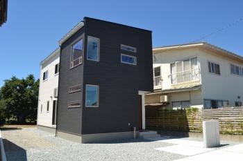 外壁材は、ニチハ「fuge」  超耐候塗料のプラチナコートを採用しているため10年~15年ごとに必要な再塗装の期間を大幅に伸ばすことが可能です。 また汚れを雨で落とすセルフクリーニング機能付き!