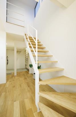 EXCEED HOME|凛とした外観と大型ウッドデッキのある家|玄関/階段