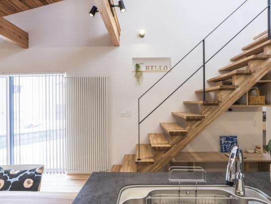 タモ材のオープン階段とアイアン手摺