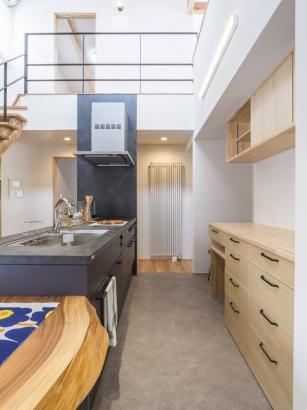 造作食器棚とリシェルSIキッチン。グレーのフロアタイル