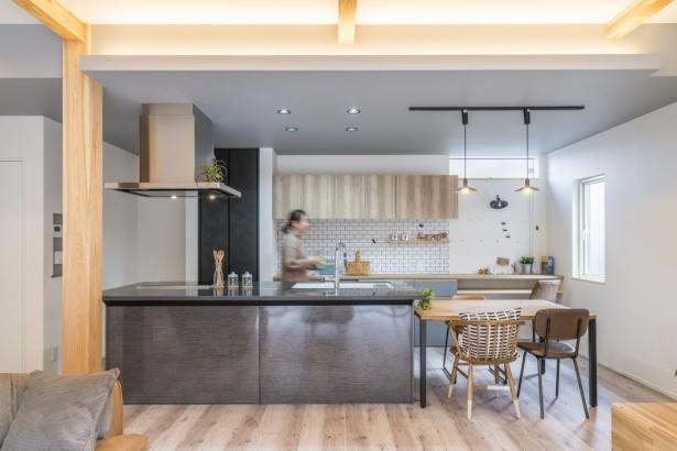 キッチンも家具のように統一されています。間接照明がアクセントに
