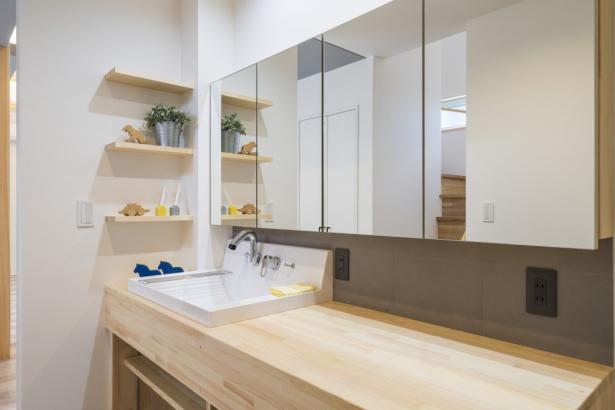 造作の鏡は開けることが出来、収納になります。カウンターの立上りにもエコカラットを