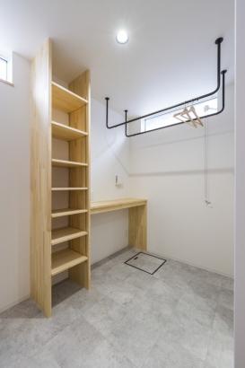 脱衣室。収納の自在棚とアイアンの物干バー