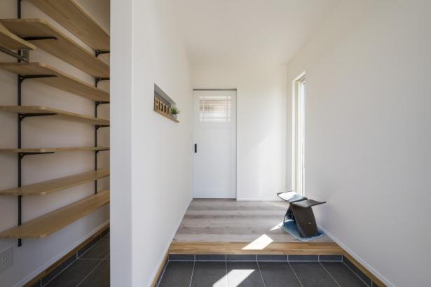 床にはカーペットを敷いた寝室とWIC