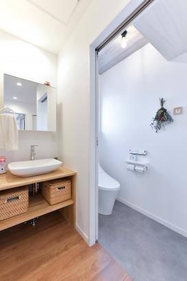 洗面台とトイレはナチュラルなイメージで