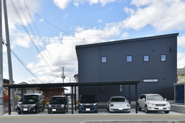 黒いガルバリウムと木質系サイディングでデザイン性の高いこだわりの外観