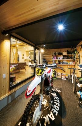 バイクガレージと薪ストーブのある家 有限会社アトリエイマジン│バイクガレージ