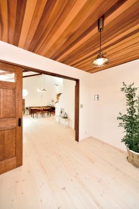 私のしろい家/西建│漆喰の壁とインテリアがマッチした自然素材の家│多目的ルーム