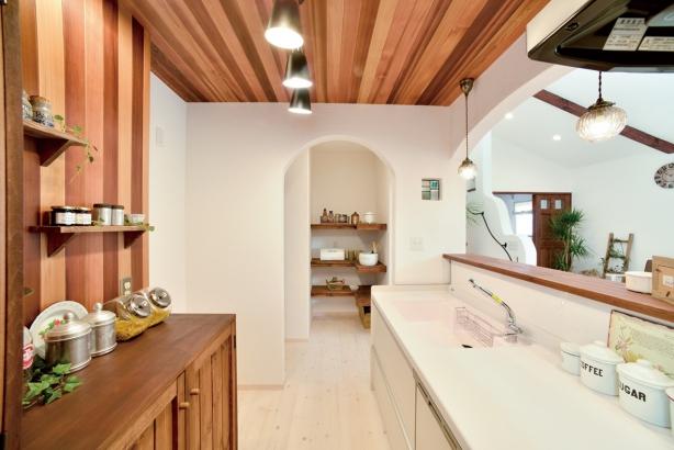 私のしろい家/西建│漆喰の壁とインテリアがマッチした自然素材の家│キッチン