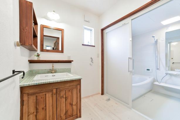 私のしろい家/西建│漆喰の壁とインテリアがマッチした自然素材の家│洗面室・浴室
