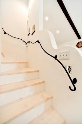 私のしろい家/西建│漆喰の壁とインテリアがマッチした自然素材の家│階段