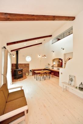 私のしろい家/西建│漆喰の壁とインテリアがマッチした自然素材の家│リビングダイニング