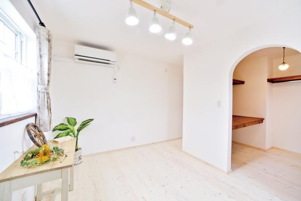 私のしろい家/西建│漆喰の壁とインテリアがマッチした自然素材の家│主寝室
