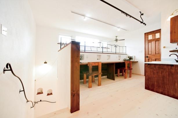 私のしろい家/西建│漆喰の壁とインテリアがマッチした自然素材の家│2階ホール