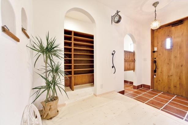 私のしろい家/西建│漆喰の壁とインテリアがマッチした自然素材の家│玄関
