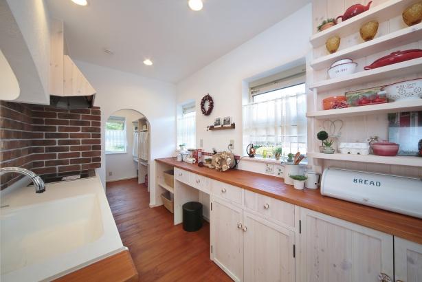 私のしろい家/西建│スイス漆喰カルクウォールが創り出す上質な空間と美しい景観│キッチン
