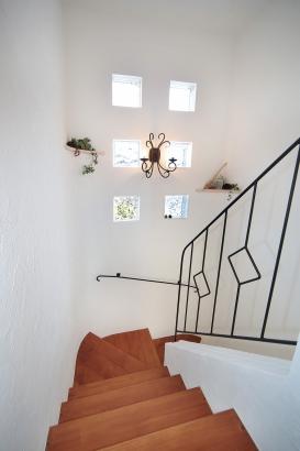 私のしろい家/西建│スイス漆喰カルクウォールが創り出す上質な空間と美しい景観│階段
