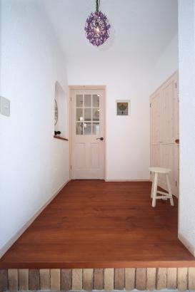 私のしろい家/西建│スイス漆喰カルクウォールが創り出す上質な空間と美しい景観│玄関