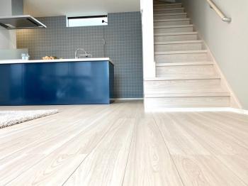 清潔感のあるホワイトの床にキッチンのブルーがよく映えます。 キッチン後ろのタイル柄がアクセントになり更にオシャレ感UP。