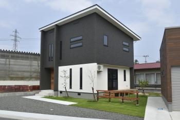 庭とトータルにデザインされた建物
